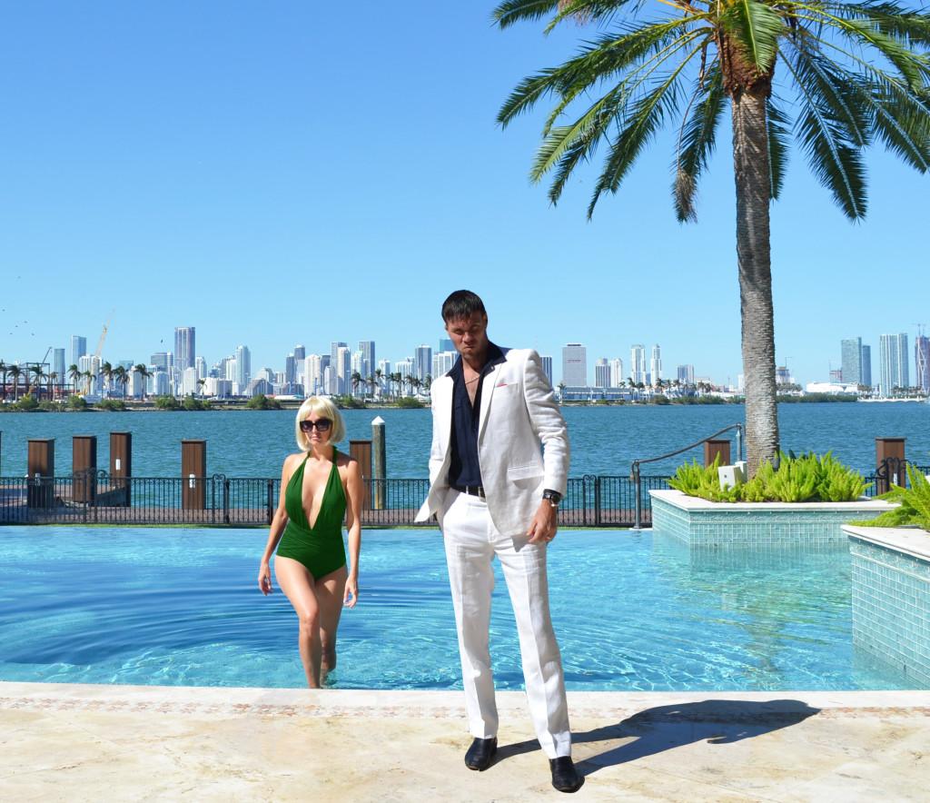 Scarface Costume Ideas- Tony Montana (Al Pacino) and Elvira Hancock (Michelle Pfeiffer)at Miami Beach Pool